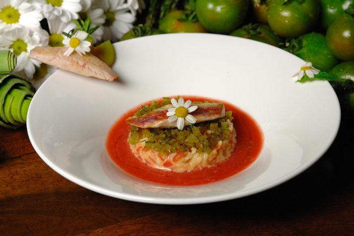 Risi con i due pomodori, mentuccia e triglia. Un primo del menù del ristorante Rosa Croce di Parma